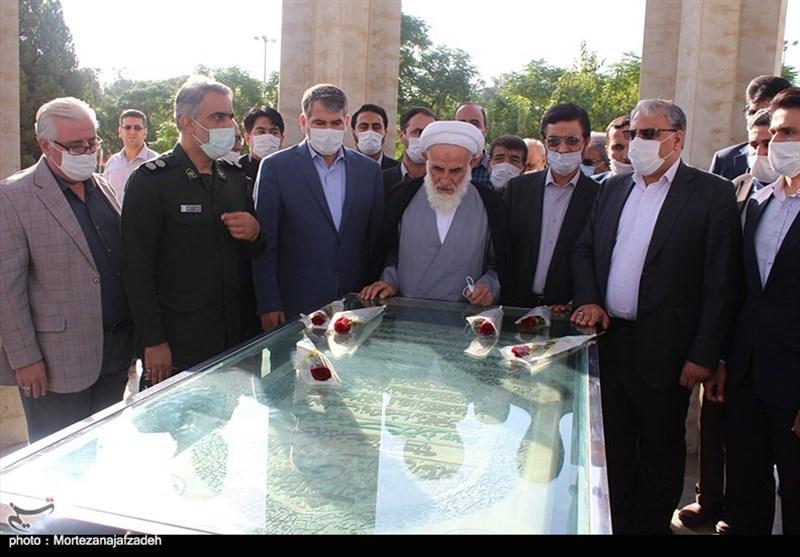 تصویر ادای احترام نماینده ولی فقیه در کاشان به مقام شامخ شهدا به روایت تصویر