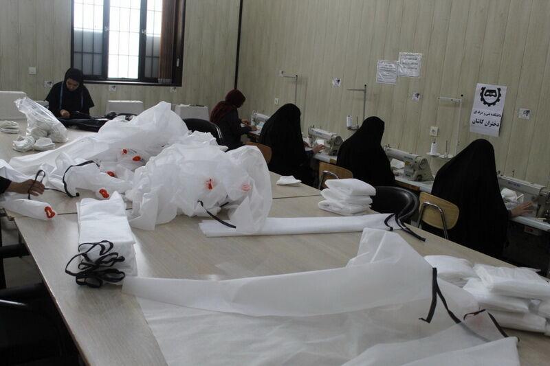 تصویر دانشجویان دختر کاشانی ۱۲۵۰۰ ماسک و لباس ایزوله تولید کردند