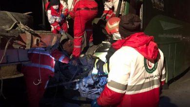 تصویر یک کشته و ۱۳ مصدوم در برخورد اتوبوس با تریلر در اتوبان کاشان_نطنز